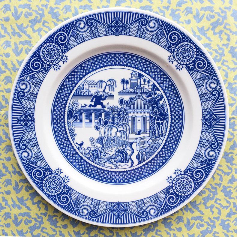 Nuevas escenas de fantasía y de desastres en tradicionales platos de porcelana azul de Calamityware