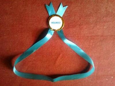 Cara membuat kalung mendali penghargaan yang bagus dari pita dan kertas warna