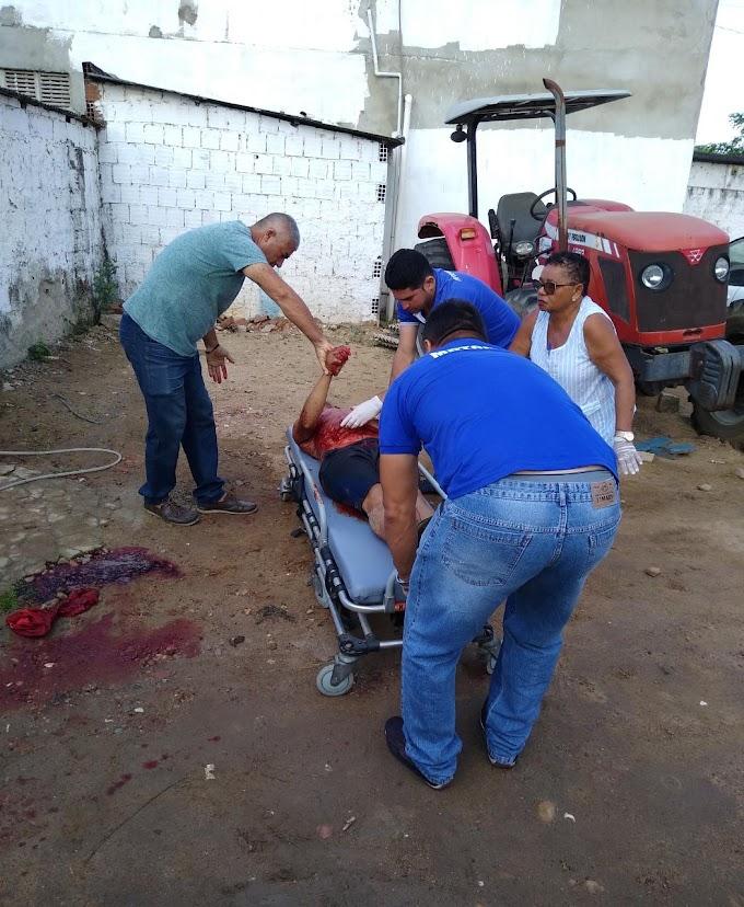 SALGADO DE SÃO FÉLIX: Homem leva facada no pescoço e morre em Deposito da Prefeitura, Imagem forte.