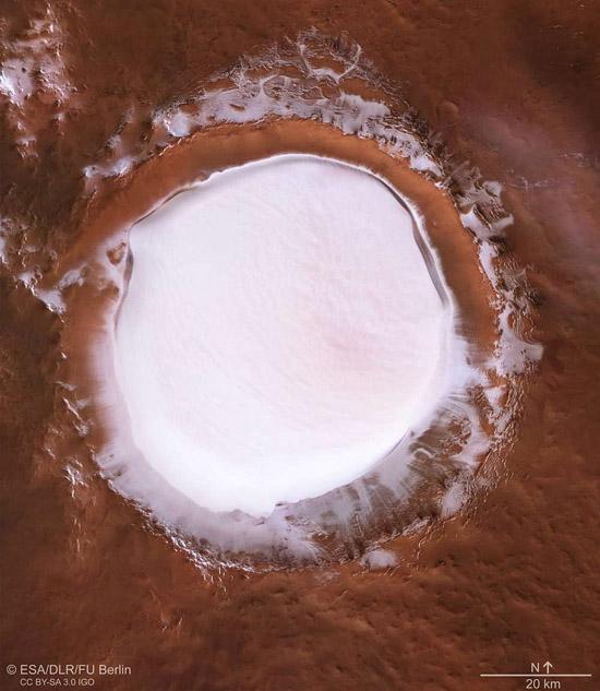 Cratera de impacto em Marte revela imenso depósito de gelo - Img NASA