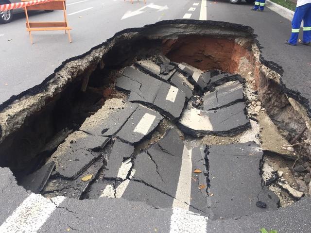 Asfalto cede e abre cratera em trecho da Avenida Atlântica, Zona Sul de SP, saiba mais