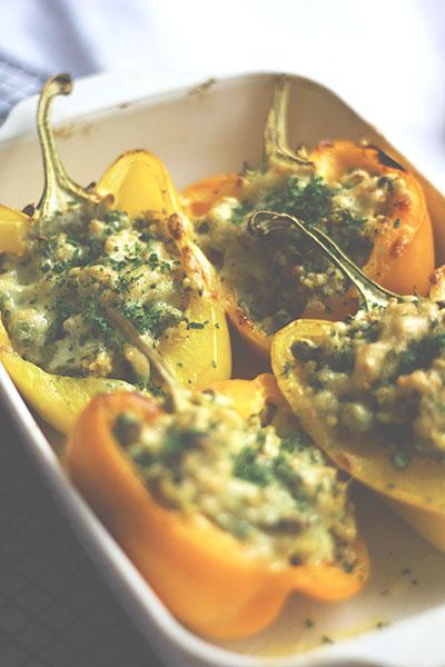 Paprika mit Hirse-Erbsen-Füllung aus dem Ofen