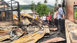 Wakil Bupati Karo Serahkan Bantuan Korban Kebakaran di Lau Baleng