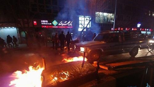 محتجون إيرانيون يحطمون حواجز بميدان فردوسى بطهران