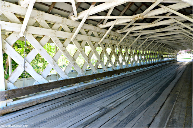 Interior del Puente Cubierto Ashuelot Covered Bridge en New Hampshire