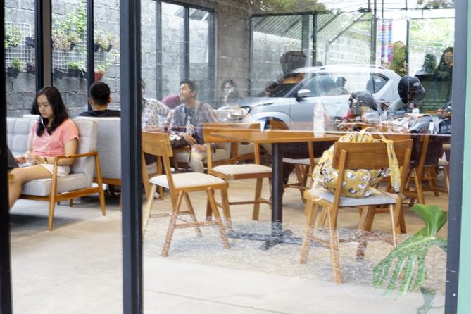 Suasana di dalam kedai kopi
