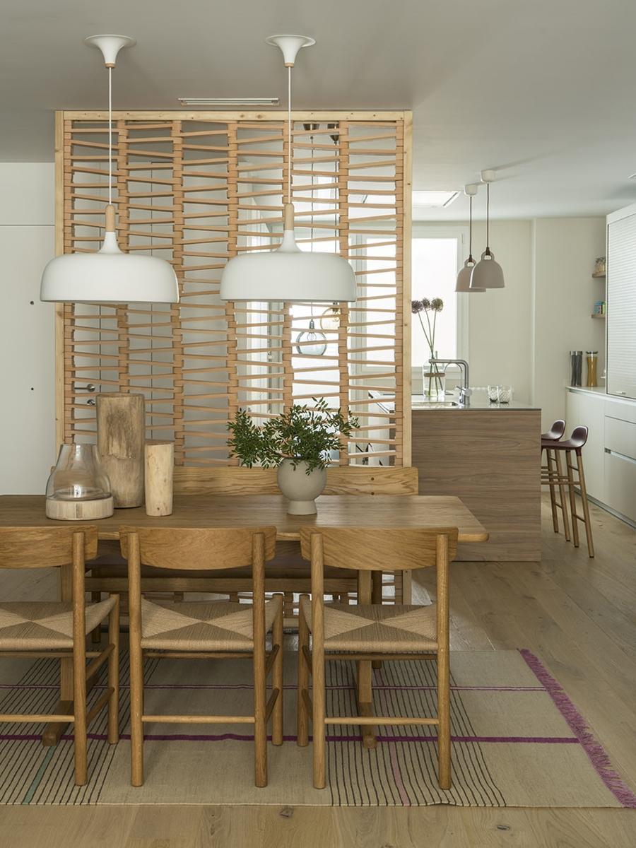 Drewno i kolory w pięknym mieszkaniu w Barcelonie, wystrój wnętrz, wnętrza, urządzanie mieszkania, dom, home decor, dekoracje, aranżacje, szarości, szary, grey, pudrowy róż, otwarta przestrzeń, drewno, jadalnia