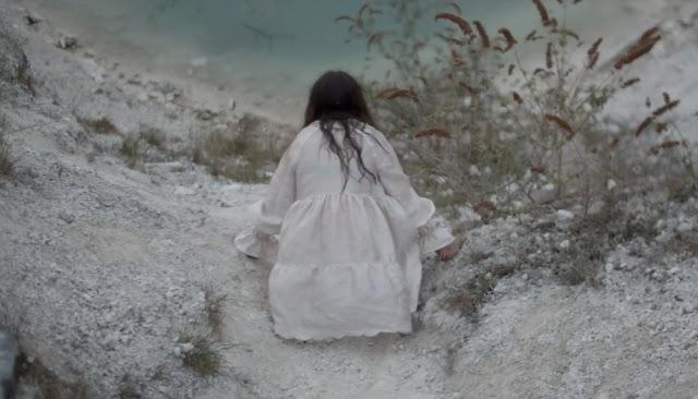"The Love Coffin e a estética audiovisual de ""Stripped Down"""