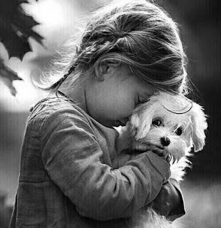 بنت صغيرة حزينة تبكي