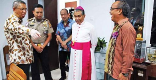VISIT: Mayor of Pontianak Sutarmidji together with the Archbishop of Pontianak, Mgr Agustinus Agus, visits the New Building of Pontianak Brother Middle School. PRIVATE VOCATIONAL SCHOOL OF PEMKOT FOR PONTIANAK POST