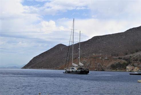 costa rocciosa isola Symi