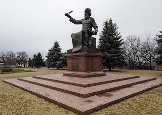 Прилуки. Площа Володимира Мономаха. Пам'ятник літописцю
