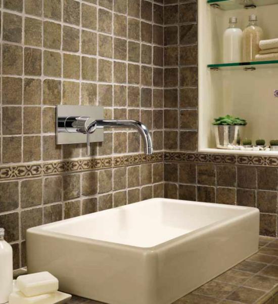 motif keramik dinding kamar mandi minimalis agar terlihat luas untuk rumah modern masa kini