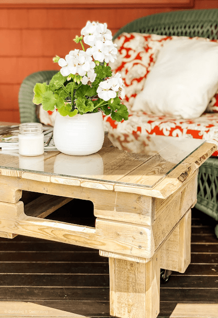 DIY pallet wood coffee table for outdoor patio