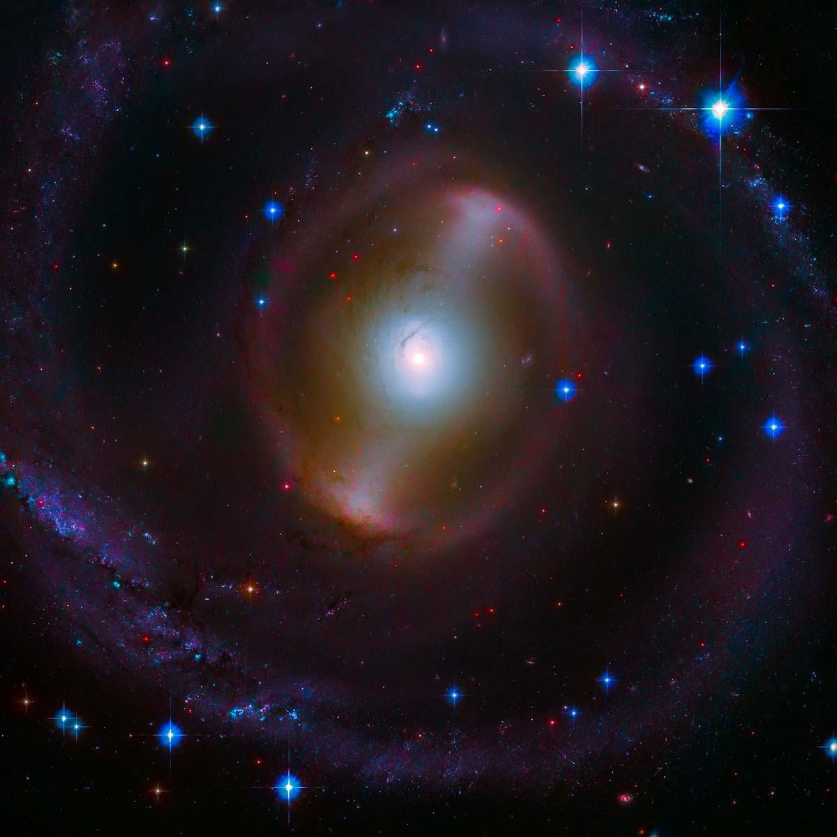 Hubble explora barra de luz brilhante no centro de galáxia espiral barrada