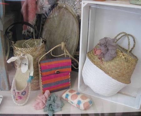 Zapatillas, bolsos, broches flor, bandeja piña, caja almacenamiento.