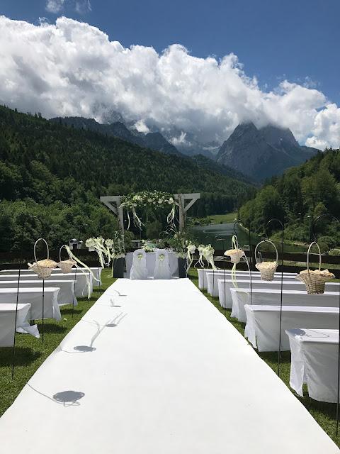 Trauung unter freiem Himmel, Sommerhochzeit in den Bergen von Garmisch-Partenkirchen, Riessersee Hotel ihr Hochzeitshotel in Bayern, Apfelgrün und Weiß, Hochzeitsplanerin Uschi Glas