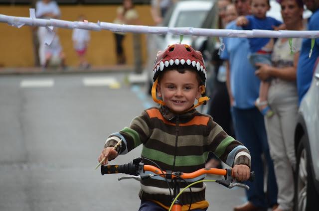 Ninguna cinta se resiste a los niños de Llano en sus fiestas