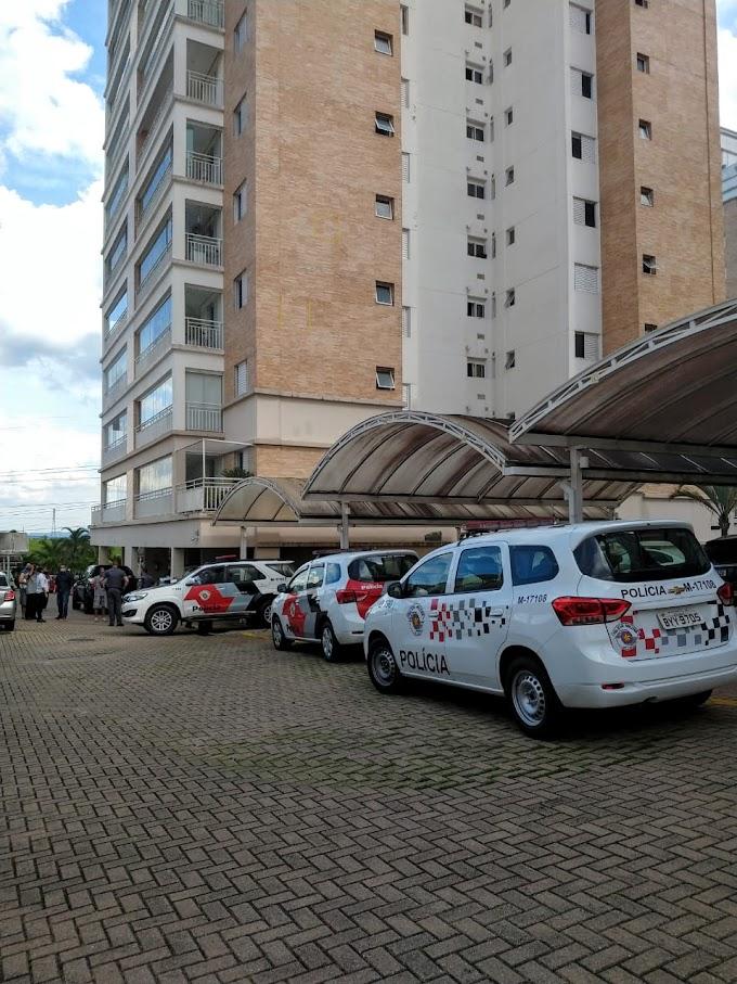 DOIS BANDIDOS INVADEM CONDOMÍNIO E ARROMBAM APARTAMENTO NA VILA OLIVEIRA, MOBILIZANDO AS POLÍCIAS CIVIL E MILITAR. MORADORES ENTRARAM EM PÂNICO