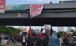 Massa Demo Anti Korupsi Kuasai Fly Over Makassar
