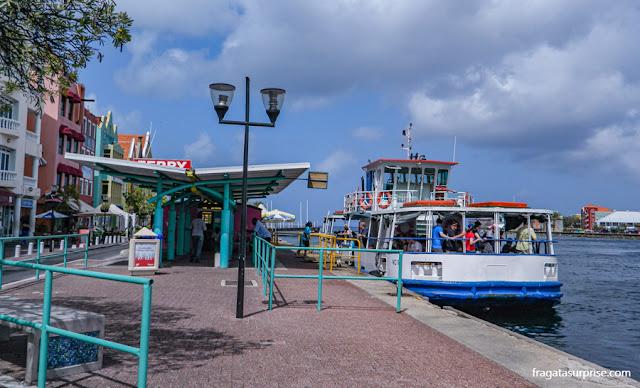 Lancha que faz a travessia entre os bairros de Punda e Otrobanda, em Willemstad, Curaçao