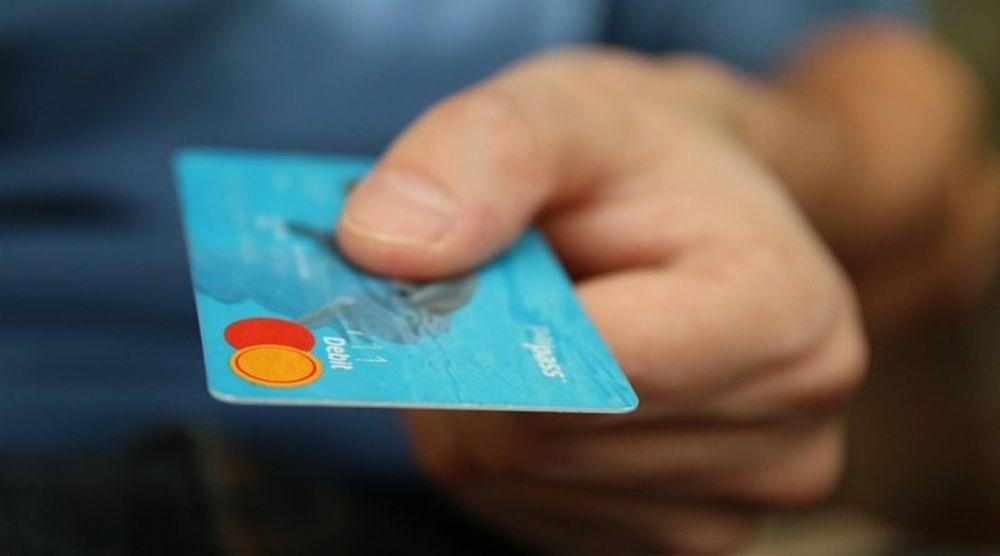 Νεαροί έκλεψαν τραπεζικές κάρτες και πήγαν για...ψώνια