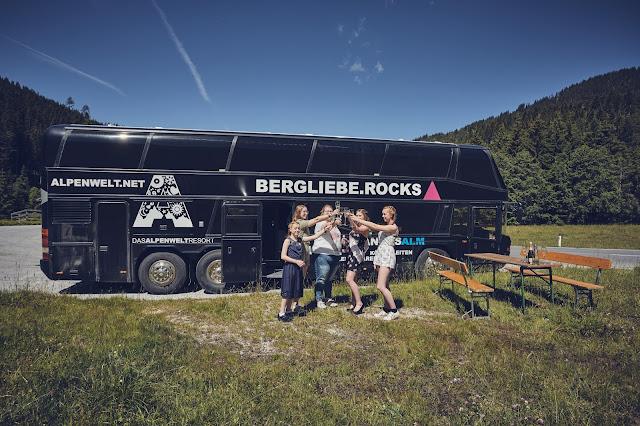 Tourbus, JGA, Hen Party, Lifestyle Hochzeit in den Bergen, Zillertal, Tirol, Alpenwelt-Resort, Navy Blue, Blush, Gold, Hochzeitsplanung 4 wedding & events Uschi Glas, Hochzeitsfotografie Marc Gilsdorf Alpenwedding