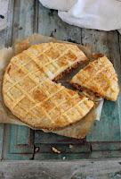 Empanada de hojaldre con carne y chorizo