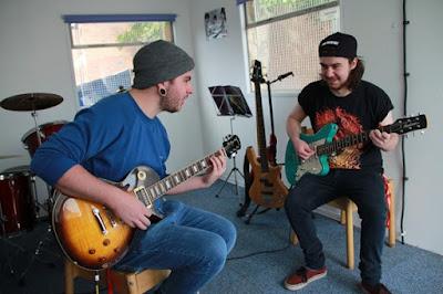 http://www.guitarcoast.com/2015/11/dica-rapida-estude-guitarra-todos-os.html