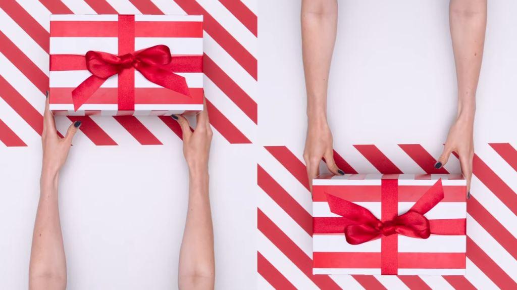 Pubblicità Yoox di Natale con modella che apre pacchi dorati - Spot 2016