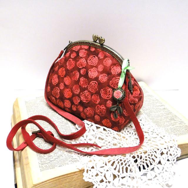 Красная сумочка на цепочке: натуральный хлопок, натуральная кожа, бусины. Сумка через плечо - ручная работа. Доставка почтой или курьером