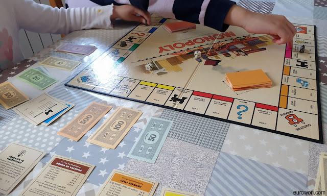 Jugando al Monopoly en familia