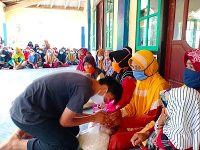 Pemuda Ngambur Pesisir Barat Bagikan Sembako untuk Lansia dan Masyarakat Prasejahtera