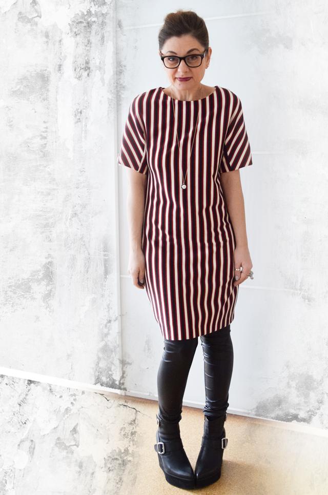 Streifen-Kleid-Outfit