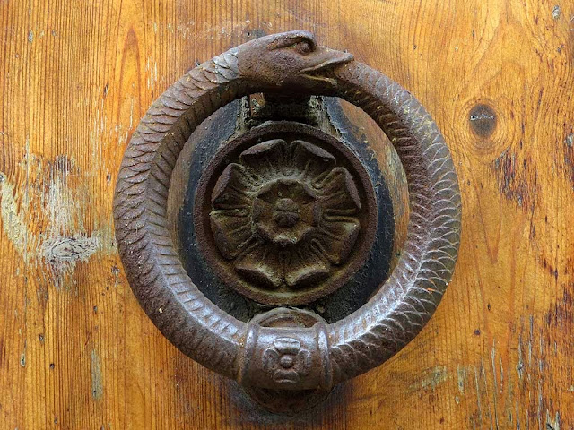 Ouroboros door knob knocker, via Ricasoli, Livorno