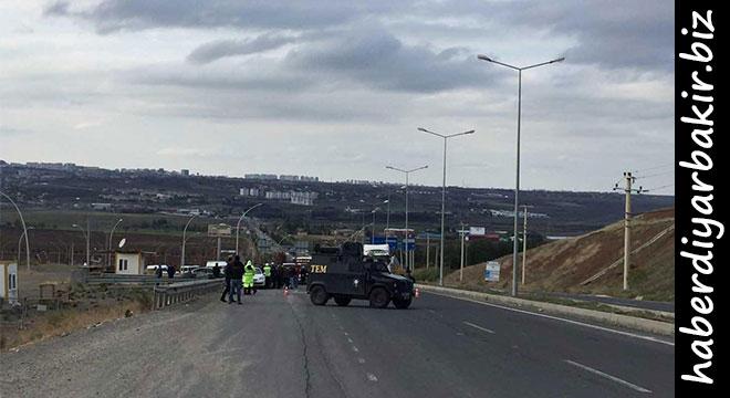 DİYARBAKIR- Diyarbakır-Silvan Karayolunda polis, şüpheli araç nedeniyle trafiği çift yönlü olarak kapattı. Yapılan incelemelerin ardından şüpheli araç, fünyeyle patlatıldı.    Edinilen bilgilere göre, Diyarbakır-Silvan Karayolunun 6. kilometresinde bulunan şüpheli bir otomobil nedeniyle vatandaşlar, durumu polise ihbar etti.    Polis, Diyarbakır-Silvan Karayolunu çift yönlü olarak trafiğe kapatırken, bomba imha ekiplerine haber verildi.