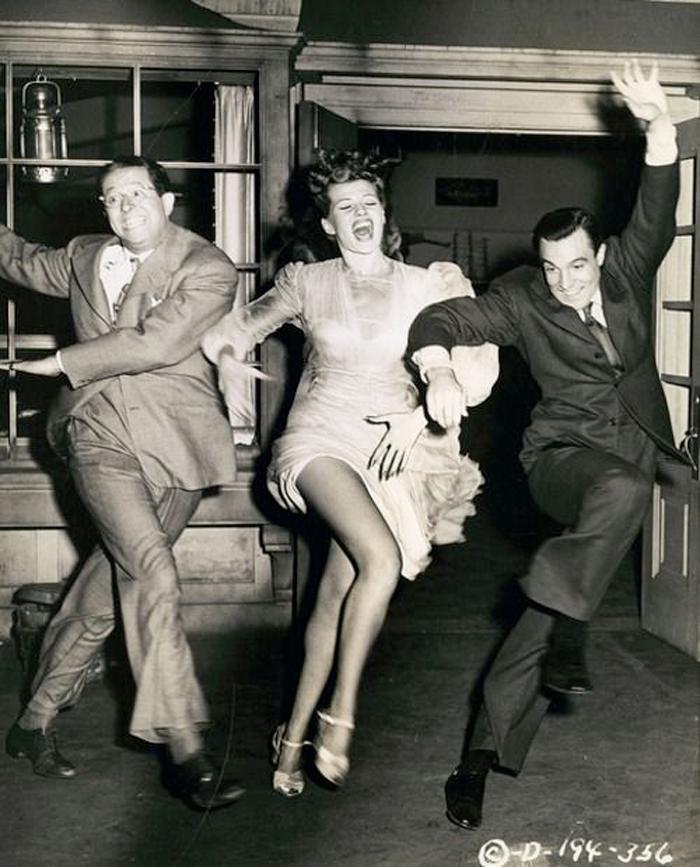 Hollywood actores clásicos bailando y saltando muy felices y elegantes