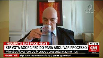 Alexandre de Moraes com caneca do Corinthians