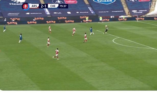 Tranh cãi: Thủ môn Arsenal bắt bóng ngoài vòng cấm?