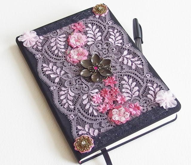 https://www.alittlemarket.com/carnets-agendas/fr_grand_carnet_romantique_la_passante_du_sans_souci_dentelle_strass_fleur_organza_perles_cabochon_noir_et_rose_-18015000.html