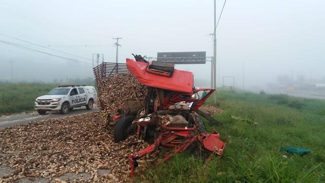 Colisão entre dois caminhões deixa motorista ferido, em Palmares