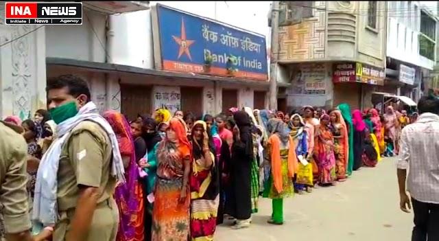 शाहाबाद- अलसुबह 04 बजे बैंक की लाइन में लगने वाले लोगों को पैसों की जगह दिया जा रहा है सिर्फ टोकन