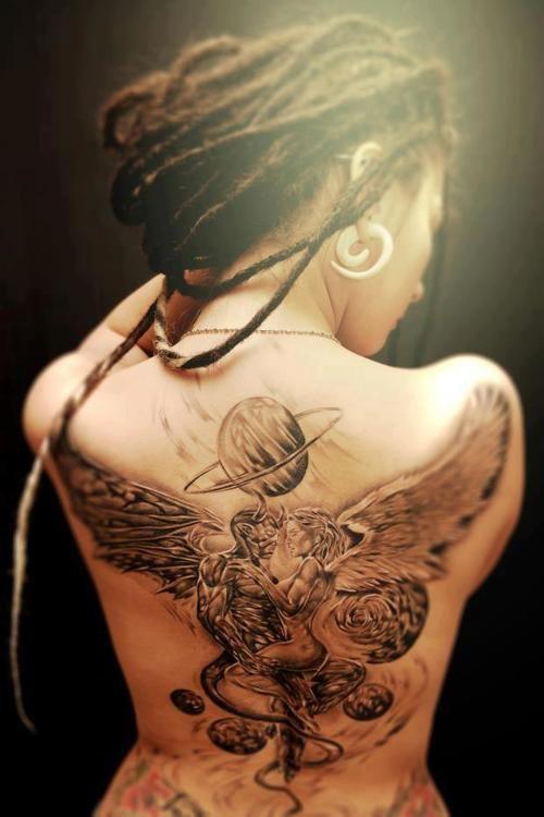 chica de espaldas con tatuaje de angel y demonio