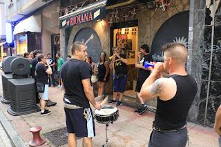 Decenas de personas realizan una cacerolada en protesta por la prohibición de conciertos en bares