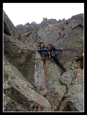Trepando al Pico del Portillon en la cresta de la Seil de la Baque