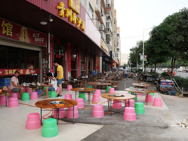 outdoor tables at Yulin's First Crispy Skin Meat Restaurant