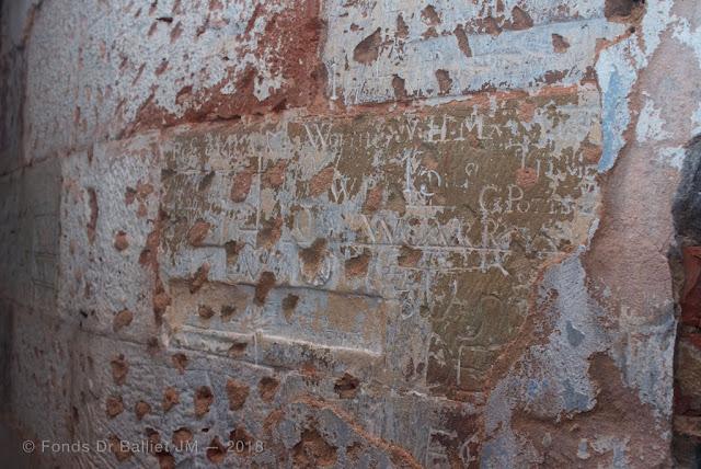 Citadelle de Bitche — Exceptionnels graffitis laissés par des officiers de la Royal Navy, prisonniers à Bitche durant le 1er Empire !