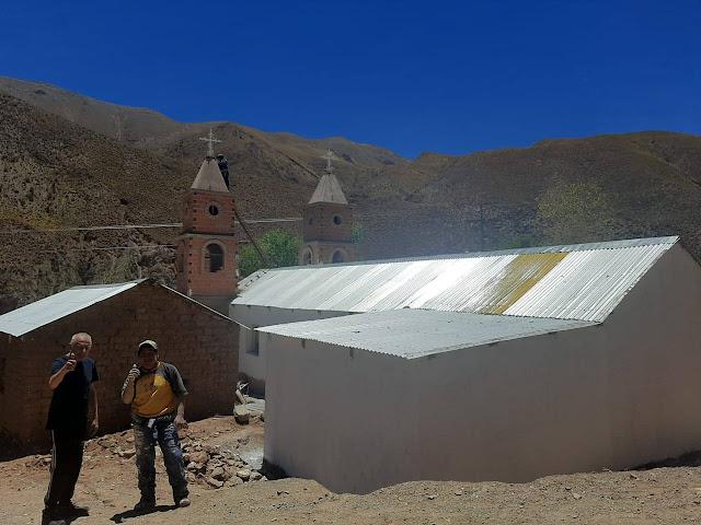 Vor der im Bau befindlichen Kapelle in Zapatera Bolivien