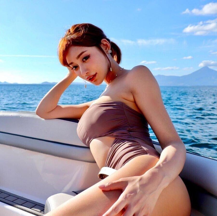 보트 탄 아스카 키라라 수영복