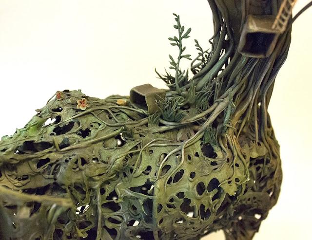 Daun kering sumber inspirasi pembuat arca Ellen Jewett